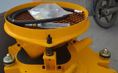 Wet shotcrete machine hopper