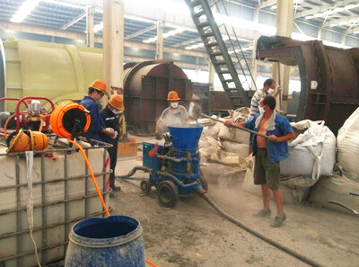 Refractory gunning machine for spraying refractory materials